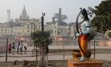 Patung Dewa Rama berdiri di sebelah Sungai Serayu di Ayodhya. Situs Ayodhya telah lama menjadi sengketa umat Muslim dan Hindu India.