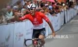 Pebalap Indonesia dari PGN Road Cycling Team, Jamalidin Novardianto melakukan selebrasi saat memasuki garis finish pada etape kedua Tour de Singkarak (TDS) 2019, di Kawasan Jam Gadang, Bukitinggi, Sumatera Barat, Ahad (3/11/2019).