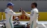 Pebalap Mercedes Lewis Hamilton dan Valtteri Bottas bersalaman setelah melakukan sesi kualifikasi F1 di Sirkuit Paul Ricard di Le Castellet, Perancis.