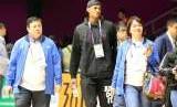 Pebasket asal Filipina Jordan Clarkson (jaket hitam) yang bermain di club Cleveland Cavaliers pada kompetisi National Basketball Assosiation (NBA) hadir mendukung negaranya bertanding di babak penyisihan grup D Asian Games ke 18 di Hall Basket Senayan, Jakarta Kamis(16/8).