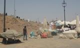 Pedagang kaki lima menjajakan barang dagangannya di lokasi sekitar Gunung Uhud, Madinah, Arab Saudi (Ilustrasi)