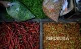 Pedagang memilah cabai di Pasar Senen, Jakarta, Rabu (4/1) malam. Harga cabai di sejumah pasar tradisional di Jakarta mengalami kenaikan. Terutama harga cabai rawit merah melonjak hingga Rp 130.000/Kilogramnya,hal ini disebabkan karena tingginya curah huja