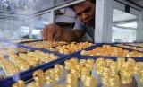 Pedagang menata perhiasan emas di pusat penjualan emas Kota Meulaboh, Aceh Barat, Aceh, Sabtu (25/5/2019).