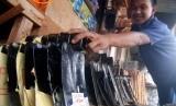 Pedagang menata sejumlah kepala cangkul impor asal Tiongkok yang dijual di salah satu toko pertanian di Ungaran, Kabupaten Semarang, Jawa Tengah, Selasa (1/11).