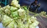 Pedagang menggelar kulit ketupat. ilustrasi (Republika/ Wihdan)