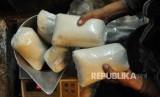 Pedagang menimbang gula pasir di Pasar Senen, Jakarta Pusat, Selasa (19/4). (Republika/Agung Supriyanto)