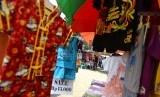 Pedagang menjajakan barang souvenir dan kuliner di Lokasi Lenggang Jakarta, Kawasan Monumen Nasional, Jakarta Pusat.