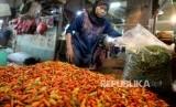 Pedagang menyortir cabai rawit di Pasar Senen, Jakarta, Ahad (13/3).