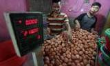 Pedagang merapikan telur ayam dagangannya di Pasar Cibinong, Bogor, Jawa Barat, Kamis (27/9).