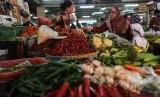Pedagang sedang melayani pembeli di pasar tradisional, Jakarta.