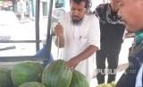 Pedagang semangka di Madinah sedang melayani pembeli, petugas haji Indonesia, Selasa siang (19/9). Satu buah semangka dengan berat rata-rata lima kilogram dijual seharga 10 riyal atau sekitar Rp 35 ribu.