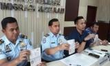Pejabat Kantor Imigrasi Kelas I Mataram memberikan keterangan terkait penangkapan tiga WNA yang menyalahi aturan keimigrasian di Mataram, Jumat (13/10).