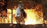 Pekerja berada di dekat tungku pembakaran biji nikel ddi PT Antam Tbk.