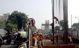 Pekerja beraktivitas di area pembangunan proyek Tol Bogor Outer Ring Road (BORR) seksi III A ruas Simpang Yasmin - Salabenda sepanjang 2,6 km di Kota Bogor, Jawa Barat, Senin (17/6/2019).
