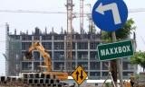 Pekerja beraktivitas di areal proyek pembangunan kawasan Apartemen Meikarta, di Cikarang, Kabupaten Bekasi, Jawa Barat, Sabtu (3/11/2018).