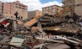 Regu penyelamat mencari korban diatas puing-puing gedung apartemen yang runtuh di lingkungan el-Salam di Kairo, Mesir, Sabtu (27/3). Sebuah gedung apartemen berlantai sembilan runtuh di ibu kota Mesir Sabtu pagi, mengakibatkan tewasnya beberapa orang dan melukai belasan lainnya.