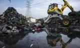 Pekerja dengan menggunakan alat berat memindahkan sampah di area proyek Fasilitas Pengolahan Sampah Terpadu atau Intermediate Treatment Facility (ITF) Sunter, Jakarta, Selasa (12/2/2019).