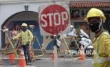Pekerja konstruksi memakai masker di sepanjang jalan di Singapura, Rabu (29/1/2020). Tujuh orang berasal dari Wuhan, Cina telah dinyatakan positif terkena virus corona di Singapura.