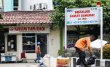 Menteri Badan Usaha Milik Negara (BUMN) Erick Thohir akan mengecek kesiapan Rumah Sakit (RS) Pertamina Jaya di Cempaka Putih, Jakarta. Foto pekerja melakukan aktifitas di depan Rumah Sakit Pertamina Jaya, Jakarta.