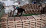 Pekerja melakukan bongkar muat semen di salah satu gudang di Jakarta,Senin (21/10). Berdasarkan data Asosiasi Semen Indonesia (ASI), konsumsi semen dalam negeri sepanjang Januari hingga September 2018 tercatat sebesar 49,76 juta ton.