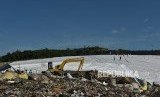 Pekerja melakukan penutupan permukaan sampah dengan geomembran, pada proyek pembangunan Pembangkit Listrik Tenaga Sampah (PLTSa) gas metana, di tempat pembuangan akhir (TPA) Jatibarang, Semarang, Jawa Tengah, Jumat (25/5).