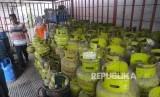 Pekerja mellayani pembeli gas elpiji tiga kilogram di tempat penjualan gas di Jakarta. ilustrasi