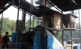 Pekerja memasukan sampah ke dalam tungku pembakar mesin pemusnah sampah di Tempat Pembuangan Sampah Terpadu Abu and Co Serpong, Tangerang Selatan, Banten, Senin (15/7/2019).