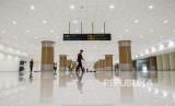 Pekerja membersihkan ruang pengambilan bagasi di Bandara Internasional Jawa Barat (BIJB) Kertajati, Majalengka, Jawa Barat, Kamis (24/5).
