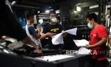 Pekerja memeriksa surat suara saat proses cetak perdana surat suara Pemilu 2019 di Percetakan Adi Perkasa Makassar, Sulawesi Selatan, Ahad (20/1/2019).