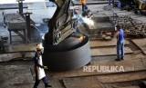 Pekerja memotong lempengan baja panas di pabrik pembuatan hot rolled coil (HRC) PT Krakatau Steel (Persero) Tbk di Cilegon, Banten, Kamis (7/2).