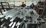 Bappenas Beberkan Strategi Agar Ekonomi Tumbuh 6 Persen. Foto ilustrasi pekerja memproduksi aluminium di PT Handal Aluminium Sukses (HAS) di Cirebon, Jawa Barat.