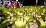 Pekerja menata tumpukan gas Elpiji tiga Kg bersubsidi di agen kawasan Cibinong, Bogor, Jawa Barat, Kamis (10/1/2019).