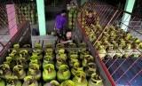 Pekerja mendistribusikan tabung gas tiga kilogram kepada pengecer di agen elpiji. foto ilustrasi (Republika/Prayogi).