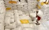 Pekerja mengangkat beras di Gudang Bulog Makassar, Sulawesi Selatan, Jumat (31/5).