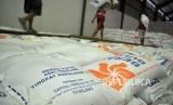 Pekerja mengangkut beras impor dari Thailand di gudang Bulog Divre Jatim, Buduran, Sidoarjo, Jawa Timur, Kamis (1/3).