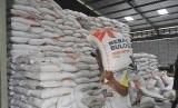 Pekerja mengangkut karung berisi beras stok Rasta/Raskin (beras untuk warga prasejahtera) di Gudang Bulog Serang, Banten, Kamis (8/11/2018).