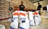Pekerja mengemas beras hasil pembelian dari petani di Gudang Bulog Subdivre Serang, di Serang, Banten, Jumat (19/1). Bulog setempat tahun 2017 hanya mampu menyerap 37 ribu ton beras petani dari target sebanyak 42 ribu ton karena terkendala cuaca dan fluktuasi harga yang tinggi seperti saat ini gabah petani dijual seharga Rp5.500 sedang standar pembelian di Bulog hanya Rp3.900 per kilogram.