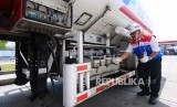 Pekerja mengontrol mobil tangki pendistribusian bahan bakar minyak di Terminal Bahan Bakar Minyak (TBBM) Boyolali, Jawa Tengah (Ilustrasi)