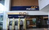 Pekerja mengunakan fasilitas pelayanan di ATM Bank Mandiri. ilustrasi