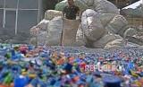 Pekerja menjemur sampah plastik yang telah dicacah di Fasilitas Daur Ulang Sampah Plastik di kawasan Cipayung, Jakarta, Senin (1/4/2019).