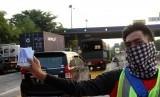 Pekerja menunjukkan kartu pembayaran elektronik tol (E-Toll) yang dijual di pintu gerbang Tol Cikunir, Bekasi, Jawa Barat, Rabu (11/10).