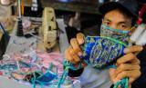 Komunitas difabel di Kediri memproduksi masker berbahan tenun ikat. Ilustrasi.