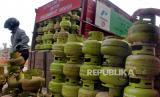 Pekerja menurunkan tabung gas LPG 3 kilogram di gudang distributor di Taktakan, Serang, Banten, Senin (9/3/2020).