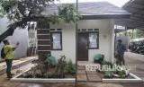 Pekerja menyelesaikan pembangunan contoh unit rumah DP nol Rupiah di kawasan Rorotan, Cilincing, Jakarta Utara, Senin (26/2).