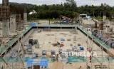 Pekerja menyelesaikan pembangunan venue aquatic PON 2020 di Kampung Harapan Sentani, Jayapura, Papua, Senin (14/10). PT Waskita Karya (Persero) Tbk saat ini tengah mengerjakan pembangunan Arena Aquatic Papua untuk persiapan Pekan Olahraga Nasional (PON) 2020.