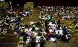 Pekerja menyelesaikan penyortiran dan pelipatan surat suara Pemilu 2019 di GOR Pangukan, Sleman, DI Yogyakarta, Rabu (20/3/2019).