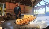 Pekerja menyelesaikan proses penggorengan kerupuk di salah satu sentra produksi kerupuk rumahan Desa Suak Ribe, Johan Pahlawan, Aceh Barat, Aceh, Senin (25/2).Otoritas Jasa Keuangan (OJK) mewajibkan seluruh fintech peer-to-peer (P2P) lending untuk menyalurkan 25 persen pembiayaan ke sektor produksi.