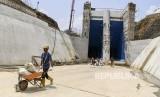 Pekerja menyelesaikan proyek pembangunan Bendungan Ciawi di Bogor, Jawa Barat, Senin (20/1/2020).
