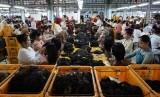 Pekerja pabrik rambut palsu mengenakan pakaian kebaya, dalam rangka memperingati hari kartini di Purbalingga, Jateng, Kamis (21/4).