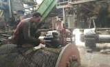 Pekerja sedang melakukan pekerjaan perbaikan komponen mesin giling Pabrik Gula (PG) Sragi, di Kecamatan Sragi, Kabupaten Pekalongan, Jawa Tengah.